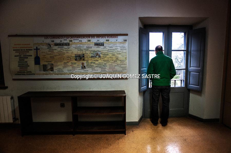 Fernando uno de los cinco seminaristas que viven en Corban observa por la ventana antes de comenzar sus clases diarias