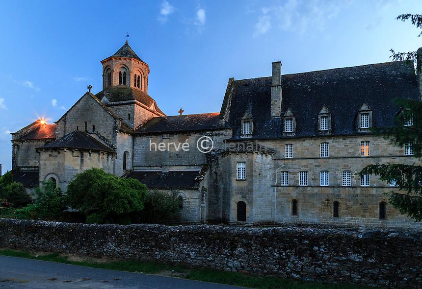 France, Corrèze (19), Aubazine, abbaye cistercienne Saint-Étienne et l'église le soir // France, Correze, Aubazine, the abbey at night