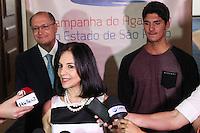 SÃO PAULO, SP - 22.05.2015 - CAMPANHA-AGASALHO - O governador Geraldo Alckmin e a presidente do Fundo Social de Solidariedade do Estado de São Paulo (FUSSESP), Lu Alckmin (ao centro), e o surfista Gabriel Medina, lançam a Campanha do Agasalho 2015, realizada no Palácio dos Bandeirantes, zona sul de São Paulo, nesta sexta-feira, 22. (Foto: Douglas Pingituro/Brazil Photo Press/Folhapress)