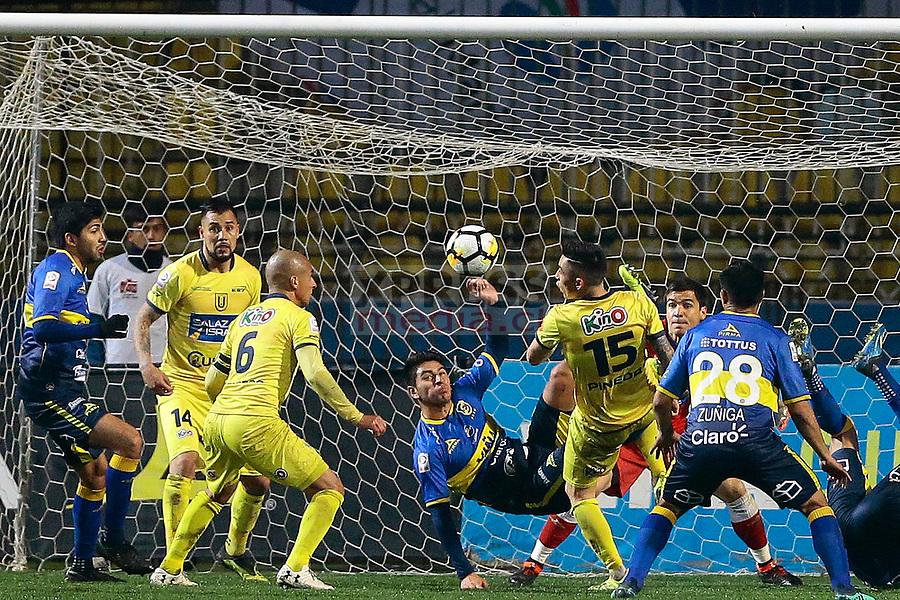 Viña del Mar 10 de Agosto 2018 / Ivan Ochoa (c) despeja el balón, durante el partido entre los equipos de Everton vs Universidad de Concepcion por la decimonovena fecha del Campeonato Nacional 2018, jugado en el Estadio Sausalito FOTO: Osvaldo Villarroel - Xpress Media