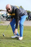 B&uuml;ttelborn 30.04.2016: 7. Charity Golf Turnier f&uuml;r die Dt. Krebshilfe, Golfpark Bachgrund<br /> Klaus Denk aus Frankfurt legt sich den Ball am Abschlag zurecht<br /> Foto: Vollformat/Marc Sch&uuml;ler, Sch&auml;fergasse 5, 65428 R'eim, Fon 0151/11654988, Bankverbindung KSKGG BLZ. 50852553 , KTO. 16003352. Alle Honorare zzgl. 7% MwSt.
