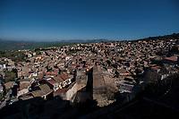 Corleone, Sicilia. Una panoramica di Corleone.<br /> Il paese che da molti &egrave; considerato come il luogo dove sia nata la Mafia, si ritrova dopo la morte di Tot&ograve; Riina, a dover far i conti con una pesante eredit&agrave;. A Corleone vivono poco pi&ugrave; di 11 mila abitanti e il comune &egrave; stato sciolto per infiltrazioni mafiose nell&rsquo;agosto del 2016.