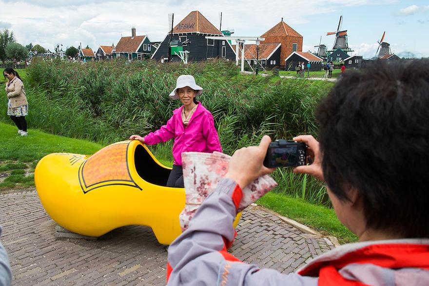 Nederland,Zaandam, 8 sept 2013<br /> Zaanse Schans. Toeristen op de zaanse schans<br /> <br /> Foto: Michiel Wijnbergh