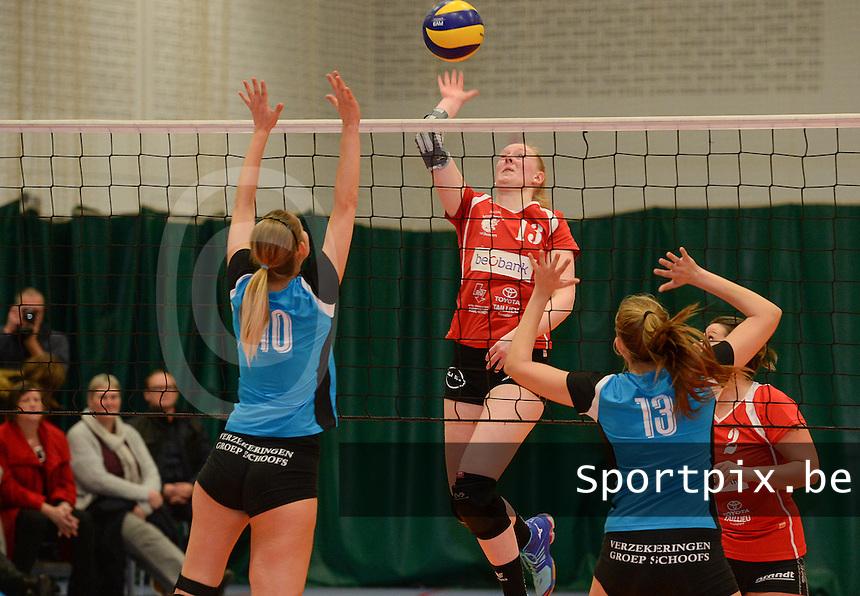 BEVO Roeselare - Wevoc Wellen : Nel Sercu met de smash tussen Annelore Briers (rechts) en Tineke Aerts (links)<br /> Foto DAVID CATRY | VDB | Bart Vandenbroucke