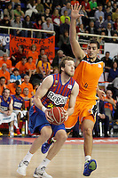 Mad-Croc Fuenlabrada's Leo Mainoldi (r) and FC Barcelona Regal's Joe Ingles during Liga Endesa ACB match.November 18,2012. (ALTERPHOTOS/Acero) /NortePhoto