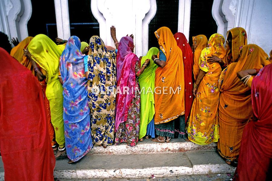 Mulheres vestidas de sari. Rajastão, Índia. 1998. Foto de   Vinicius Romanini.