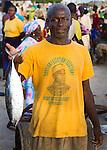 Africa, Afrika, Senegal, 17-09-2011, Dakar, Dakkar, Vismarkt van Dakar, De vis wordt tegen de avond aan wal gebracht door de mannen , waarna de vrouwen de vis verhandelen. Een man houd een vis omhoog en draagt een T shirt van de huidige president Wade.. foto: michael Kooren/HH