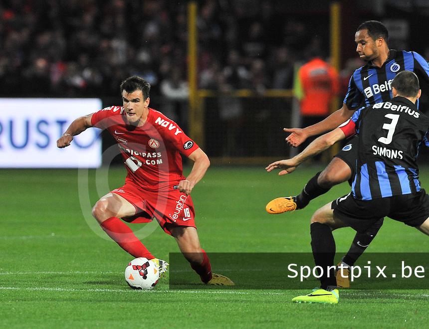 KV Kortrijk - Club Brugge KV : Ivan Santini draait weg van Vadis Odjidja (rechts) en Timmy Simons (3)<br /> foto VDB / Bart Vandenbroucke