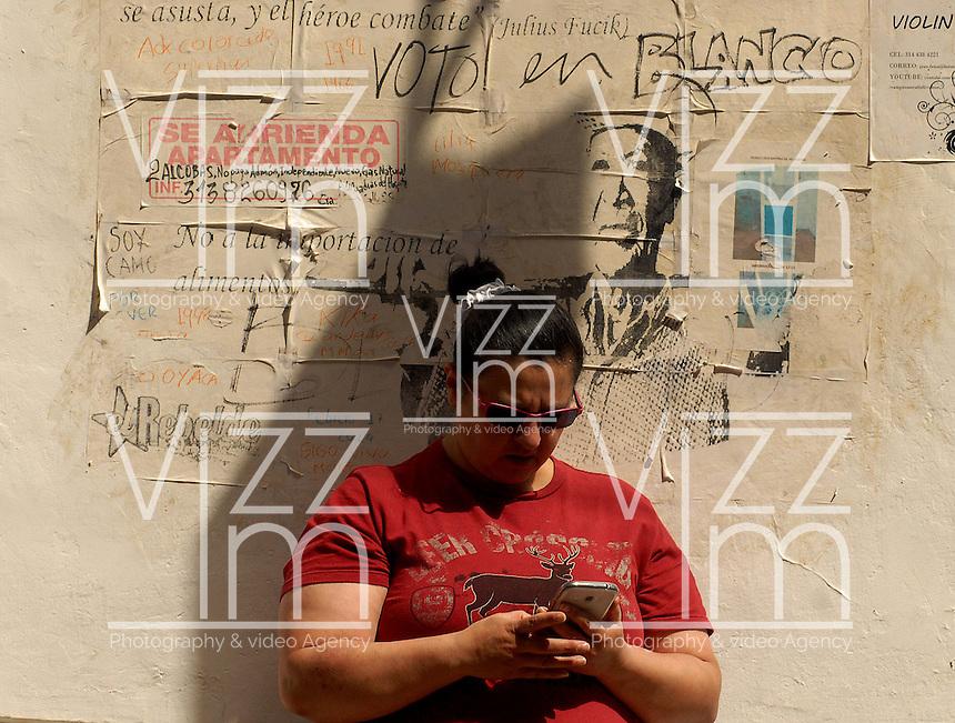 TUNJA -COLOMBIA. 25-05-2014. Una mujer sin identificar después de ejercer su derecho al voto en Tunja, Boyacá, durante la jornada de elecciones Presidenciales en en Colombia que se realizan hoy 25 de mayo de 2014 en todo el país./ A women after exerts her right to vote in Tunja, Boyaca,  during the day of Presidential elections in Colombia that made today May 25, 2014 across the country. Photo: VizzorImage / Jose M Palencia /Str