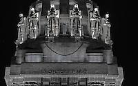 Völkerschlachtdenkmal bei Nacht  - Schriftszug mit Datum an Vorderseite unterhalb der Krieger die sich um die Krone aufreihen - das Denkmal erinnert an die große Schlacht bei Leipzig am 18. Oktober 1813 vor den Toren von Leipzig.  Foto: Norman Rembarz