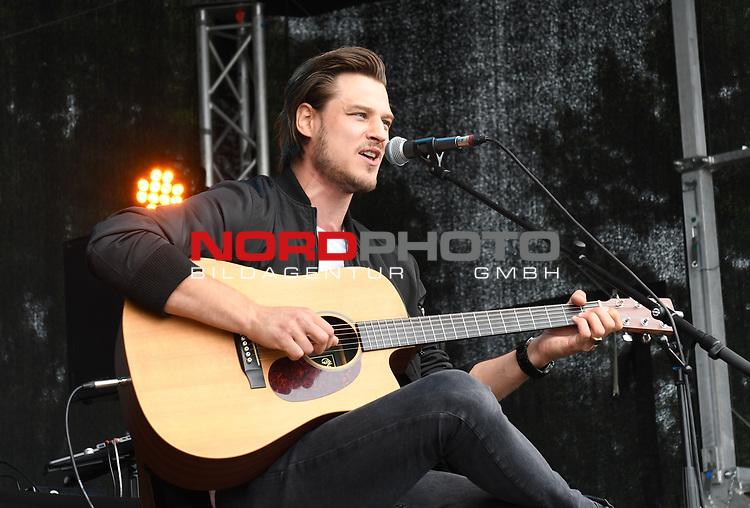 07.07.2019,  Lueneburg, Rote Rosen Fantag,  im Bild Daniel Axt singt auf der Buehne Foto © nordphoto / Witke