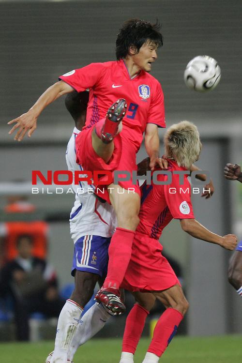 FIFA WM 2006 -  Gruppe D  Vorrunde ( Group D )<br /> Play   #29 (18-Jun) - Frankreich - Korea 1:1<br /> <br /> Jae Jin Cho (links) von Korea liegt beim Kopfball auf Chun Soo Lee (rechts) von Korea.<br /> <br /> Foto &copy; nordphoto