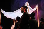 UN VIOLON SUR LE TOIT..Auteur : STEIN Joseph..Adaptateur : LAPORTE Stephane..Mise en scene : DESCHAUX Jeanne..Decor : TAPIERMAN Serge..Avec :..WILMET Alain:TEVYE le laitier..Lieu : Le Palace..Ville : Paris..Le : 18 02 2010..© Laurent PAILLIER / photosdedanse.com..All rights reserved