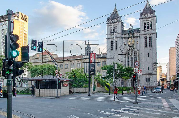 Mosteiro de São Bento e pedestres atravessando, São Paulo -SP, 01/2014.