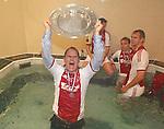 Nederland, Amsterdam, 2 mei 2012.Eredivisie .Seizoen 2011-2012.Ajax-VVV Venlo .Frank de Boer, trainer-coach van Ajax houdt de schaal omhoog in het bad in de kleedkamer