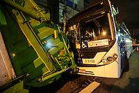 SAO PAULO, SP, 12 DE MARCO 2013 - ACIDENTE ONIBUS X CAMINHÃO - Acidente de transito envolvendo ônibus e caminhão de coleta de lixo  na noite desta segunda-feira no bairro do Belem na regiao leste da cidade de Sao Paulo, deixou duas vitimas encaminhadas para PS Tatuape  e Vila Maria . FOTO: VANESSA CARVALHO - BRAZIL  PHOTO PRESS.