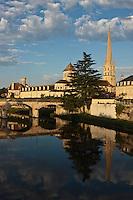 Europe/France/Poitou-Charentes/86/Vienne/ Saint-Savin: Eglise romane et la Gartempe - L'abbaye de Saint-Savin-sur-Gartempe abrite un bel ensemmble ed fresques romanes- Patrimoine mondial UNESCO