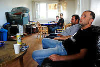 Groß Stieten bei Wismar, Leiharbeiter einer Werkvertragsfirma in einer menschenunwürdigen Unterkunft, sie wurden über die Firma Paan Industrie GmbH angestellt und über Firma Krebs an die Nordic Yards Werft fuer Korrosionschutzarbeiten weiter verliehen, seit einigen Monaten haben sie keinen Lohn bekommen, Avtzi Irfan