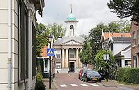 Nederland Westzaan. 2016. Houten huizen in Westzaan. Op de achtergrond het raadhuis. Foto Berlinda van Dam / Hollandse Hoogte