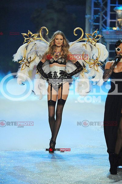 NON EXCLUSIVE PICTURE: MATRIXPICTURES.CO.UK.PLEASE CREDIT ALL USES..UK RIGHTS ONLY..Namibian model Behati Prinsloo is pictured on the runway during the 2012 Victoria's Secret lingerie fashion show, held at New York's Lexington Avenue Armory. ..NOVEMBER 7th 2012..REF: GLK 125134 /NortePhoto