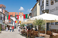 Germany, Baden-Wuerttemberg, Allgaeu, Isny: Health resort at the Upper Swabian Baroque Route, pedestrian area at center, Watergate-Tower with museum at background | Deutschland, Baden-Wuerttemberg, Allgaeu, Isny: Heilklimatischer Luftkurort an der Oberschwaebischen Barockstrasse, Fussgaengerzone in der Innenstadt, im Hintergrund der Wassertorturm mit Wasserturm-Museum