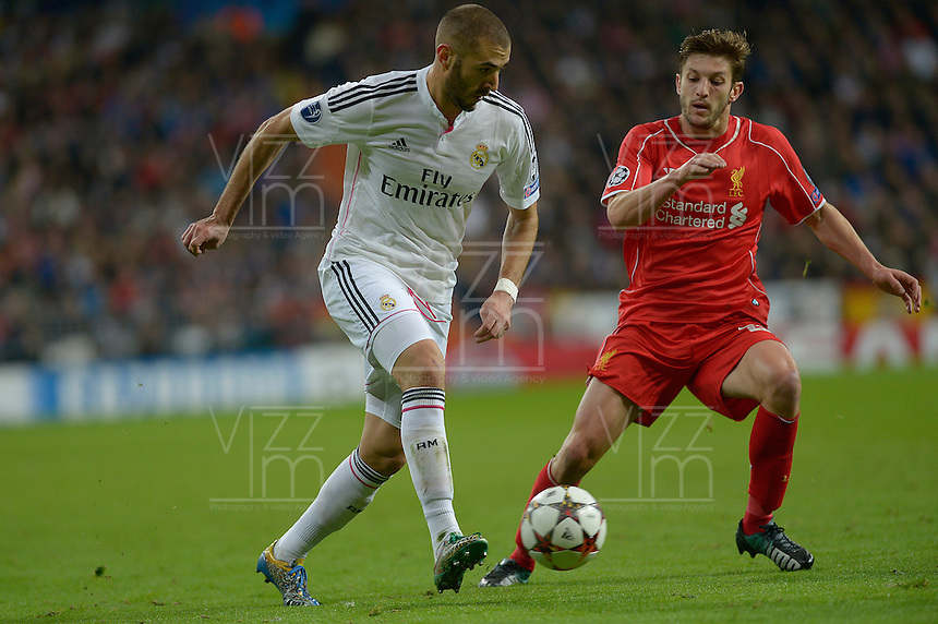 MADRID - ESPAÑA - 05-11-2014: Karim Benzema (Izq.) jugador de Real Madrid de España, disputa el balon con Xavi Manquillo (Der.) jugador de Liverpool de Inglaterra durante partido del la UEFA Liga de Campeones, Real Madrid  y Liverpool en el estadio Santiago Bernabeu de la ciudad de Madrid, España. / Karim Benzema (L) player of Real Madrid of Spain vies for the ball with Xavi Manquillo (R) player of Liverpool of England, during a match between Real Madrid and Liverpool for the UEFA Champions League in the Santiago Bernabeu stadium in Madrid, Spain  Photo: Asnerp / Patricio Realpe / VizzorImage.