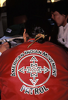 Nativo Americano LAKOTA SIOUX appartenente all'AMI (American Indian Movement) organizzazione attivista fondata nel 1968 per garantire i diritti civili dei nativi americani nel confronti del governo degli USA.LAKOTA SIOUX native American wearing the jacket  of The American Indian Movement (AIM)  a Native American activist organization in the United States founded in 1968 to address various issues concerning the community including poverty, housing, treaty issues, and police harassment.
