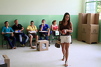 BUCARAMANGA -COLOMBIA. 25-05-2014. Una mujer abandona un puesto de votación tras votar en Bucaramanga durante la jornada de elecciones Presidenciales en en Colombia que se realizan hoy 25 de mayo de 2014 en todo el país./ A woman leaver a polling station after voting in Bucaramanga during the day of Presidential elections in Colombia that made today May 25, 2014 across the country. Photo: VizzorImage / Duncan Bustamante /Str