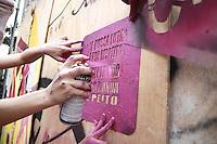 SÃO PAULO, SP - 31.08.2013: 9 MARCHA MUNDIAL DAS MULHERES - Integrantes da 9 Marcha Mundial das Mulheres pixam e grudam cartazes na Rua Algusta. A manifestação que teve início no vão do MASP segue sentido Praça da República região central de São Paulo (Foto: Marcelo Brammer/Brazil Photo Press)