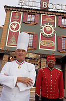 "Europe/France/Rhone-Alpes/69/Rhone/env de Lyon/Collonges -au-Mont-d'Or : Restaurant ""Paul Bocuse"" Paul Bocuse devant le mur peint représentant Fernand Point restaurateur et son épouse [Non destiné à un usage publicitaire - Not intended for an advertising use]<br /> PHOTO D'ARCHIVES // ARCHIVAL IMAGES<br /> FRANCE 2000"
