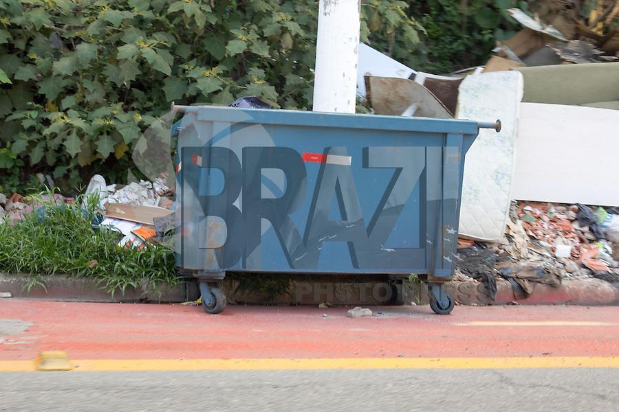 SAO PAULO, SP - 16.12.2014 - DESCASO COM CICLOVIAS - Caçambas de lixo são vistas em pontos da Ciclovia inaugurada na Rua Dr. Luiz Migliano, no bairro do morumbi, zona sul de São Paulo na manhã desta terça-feira (16).<br /> <br /> <br /> (Foto: Fabricio Bomjardim / Brazil Photo Press)