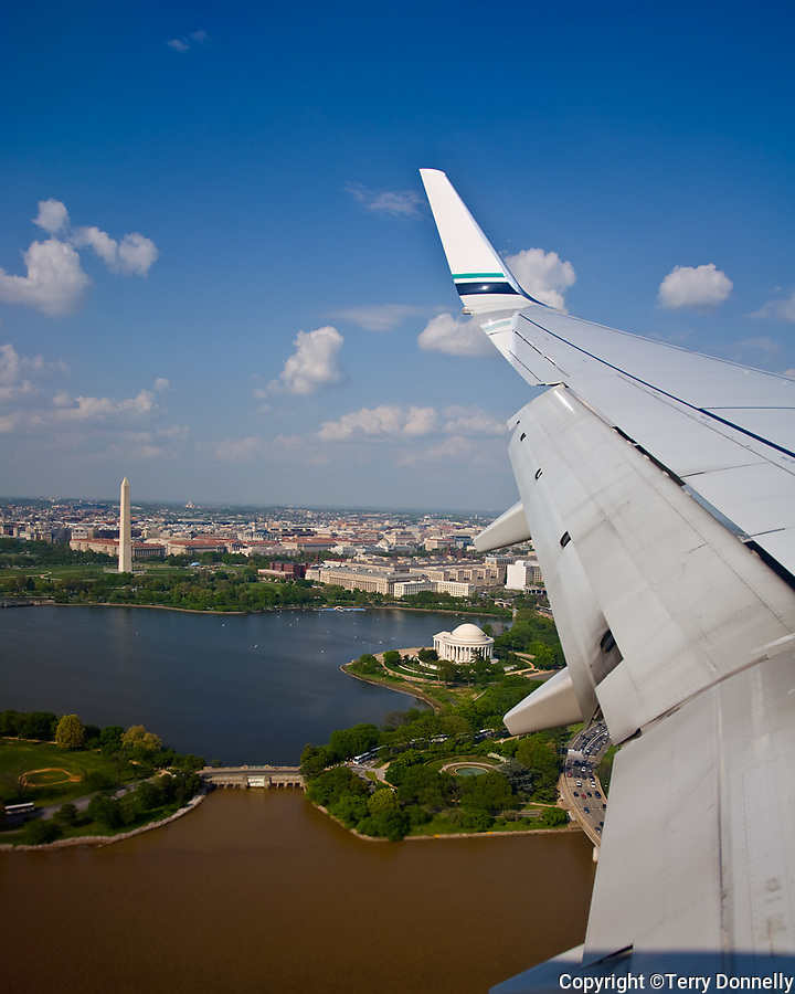 Washington, DC<br /> Aerial view of the US Capital, Washington Monument, Jefferson Memorial, Tilan Pond and Potomac river, framed by a Boeing 737 wing