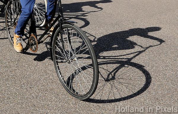 Fietsen. Schaduw van een jongen op een fiets. ( let op: foto heeft een klein formaat)