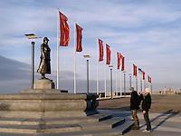 Toeristen maken een foto van het standbeeld van Wilhelmina op de Boulevard