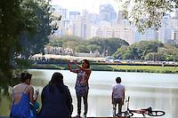 SAO PAULO.SP. 23.08.2014. CLIMA TEMPO - Com o forte calor deste sabado 23, o paulistano aproveitou para curtir o Parque do Ibirapuera, região sul, em pleno inverno os termometros de rua marcaram 30º. ( Foto: Bruno Ulivieri / Brazil Photo Press )