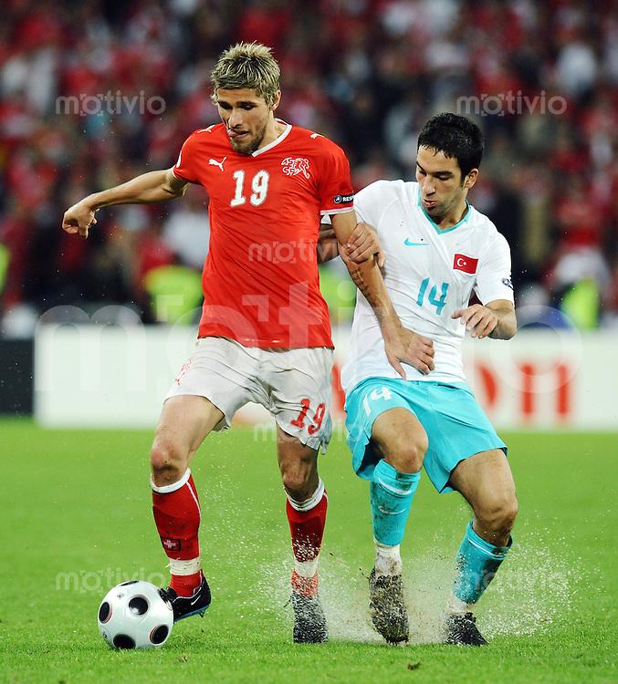 FUSSBALL EUROPAMEISTERSCHAFT 2008  Schweiz - Tuerkei    11.06.2008 Valon Behrami (li, SUI) gegen Arda Turan (re, TUR)