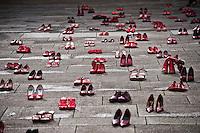 """Lecce - 3 febbraio 2013 - Piazza Duomo ospita il progetto internazionale di arte itinerante, denominato """"Zapatos rojos"""", ad opera dell'artista messicana Elina Chauvet, curato da Francesca Guerisoli, serve per dire no alla violenza sulle donne. L'iniziativa è stata promossa dalla consigliera di parità della Provincia, Alessia Ferreri, in collaborazione con la Commissione provinciale alle Pari Opportunità provinciale e la Fidapa, Federazione italiana donne arti professioni affari di Lecce."""