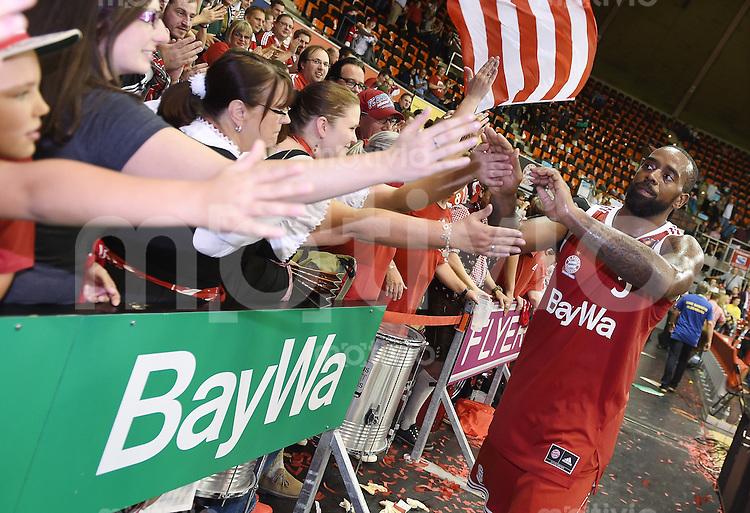 Basketball 1. Bundesliga 2015/2016  02.10.2015 1. Spieltag FC Bayern Muenchen - EWE Baskets Oldenburg K. C. Rivers (re, FC Bayern Muenchen) klatscht nach dem Spiel FCB Fans ab