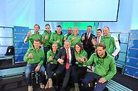 SCHAATSEN: HOOGEVEEN: Hoofdkantoor TVM verzekeringen, 18-10-2013, TVM perspresentatie, v.l.n.r. achter: Rutger Tijssen, Wouter olde Heuvel, Sven Kramer, Geert Kuiper, Koen Verweij, Dirk Jan Klein Essink TVM directie , Rieks Stroeve TVM directie, Gerard Kemkers, voor: Douwe de Vries, Linda de Vries, Arjan Bos, Ireen Wust, Christijn Groeneveld, ©foto Martin de Jong
