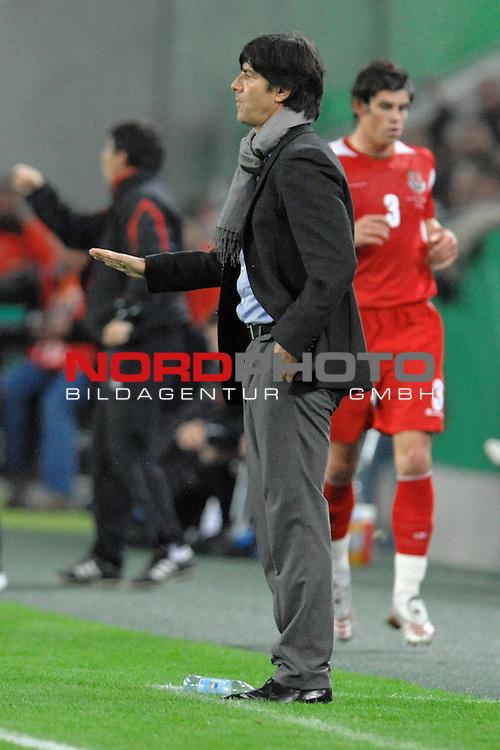 Fussball, L&auml;nderspiel, WM 2010 Qualifikation Gruppe 4 in M&ouml;nchengladbach ( Borussia Park ) <br />  Deutschland (GER) vs. Wales ( GB ) 1:0 ( 0:0 )<br /> <br /> Joachim Loew (L&ouml;w) - ( Germany / Trainer / Coach / ) an der Seitenauslinie gibt Handzeichen<br /> <br /> Foto &copy; nph (  nordphoto  )<br />  *** Local Caption ***
