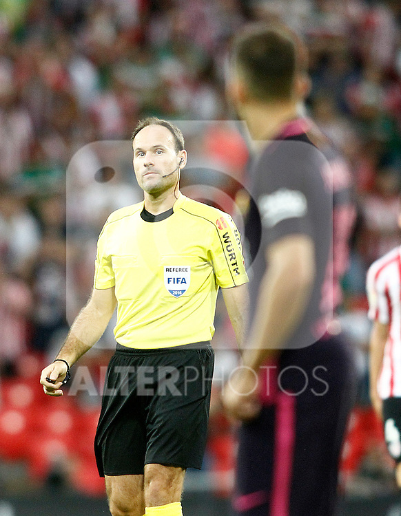 Spanish referee Mateu Lahoz have words with FC Barcelona's Jordi Alba during La Liga match. August 28,2016. (ALTERPHOTOS/Acero)