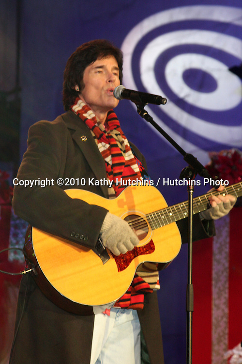 LOS ANGELES - NOV 20:  Ronn Moss at the Hollywood & Highland Tree Lighting Concert 2010  at Hollywood & Highland Center Cour on November 20, 2010 in Los Angeles, CA
