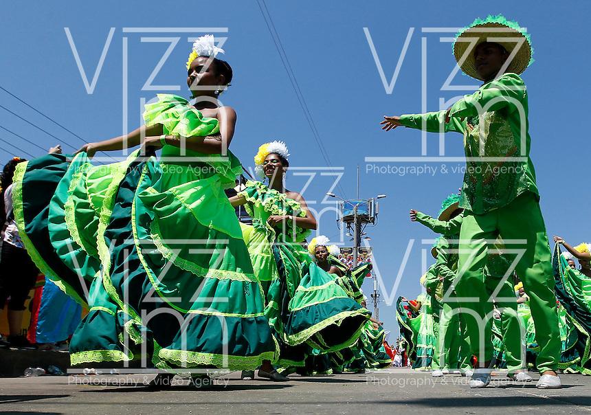 BARRANQUILLA-COLOMBIA- 25-02-2017: Desfile de la Batalla de flores den carnaval 2017. Carnaval de Barranquilla 2017 invita a todos los colombianos a contagiarse del Jolgorio general de una de las festividades más importantes del país y que se lleva a cabo del 9 hasta el 28 de febrero de 2016. / Batalla de Flores parade of the Carnaval 2017. Carnaval de Barranquilla 2017 invites all Colombians to catch the general reverly that make it one of the most important festivals of the country and take place until February 28, 2017.  Photo: VizzorImage / Santiago Perez / Cont