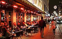 Amsterdam- Damstraat tijdens de feestdagen. Terrasje met terrasverwarming