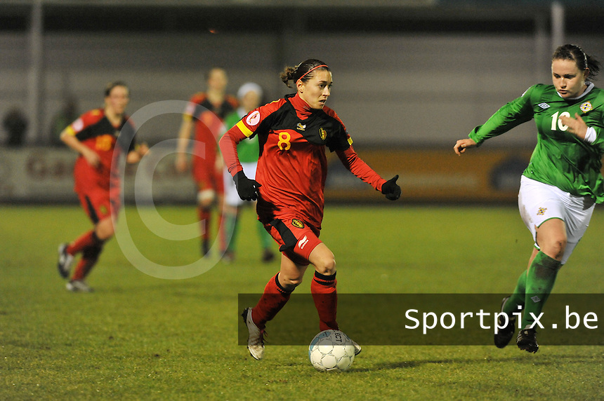 UEFA Women's Euro Qualifying group stage (Group 3) -  KFC Dessel - Armand Melis Stadion : BELGIUM -Northern Ireland ( Belgie - Noord Ierland ) : Audrey Demoustier aan de bal voor Sarah McFadden..foto DAVID CATRY / Vrouwenteam.be / Loft6.be