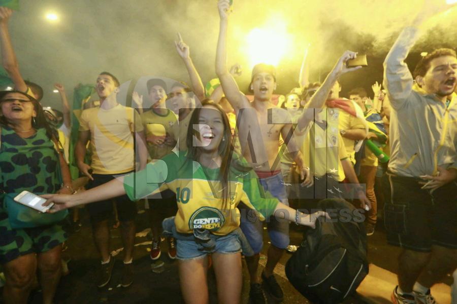 BRASILIA, DF, 17.04.2016 - PROTESTO-DF - Manifestantes a favor do impeachment da presidente Dilma Rousseff comemoram a aprovação do processo na Câmara dos Deputados, em Brasília, em telão instalado na Esplanada dos Ministérios, próximo ao Congresso Nacional, neste domingo, 17. (Foto: Sergi0 Kremer)