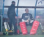UTRECHT - keeper David Harte (Kampong) met coach Alexander Cox (Kampong)   voor   de hockey hoofdklasse competitiewedstrijd heren:  Kampong-Bloemendaal (3-3).    COPYRIGHT KOEN SUYK