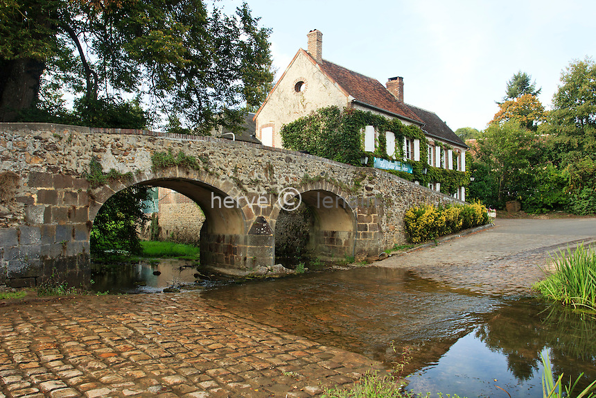 France, Yonne (89), Puisaye, Mézilles, vieux pont et gué // France, Yonne, Puisaye, Mezilles, old bridge and ford