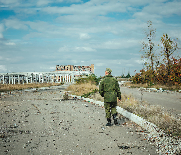 """Alexander, 26 Jahre alt, bereits seit 2 Jahren Soldat der pro-russischen Separatisten, am Flughafen Donezk. Inzwischen is er in der Administration des """"Verteidigungsministeriums"""" der """"Donezker Volksrepublik"""" angestellt./ Alexander, 26 years old, already two years a soldier of the pro-russian seperatists at the airport, Donezk. By now he is working in the administration of the ministery of defence in the """"Donetsk People´s Republik""""."""
