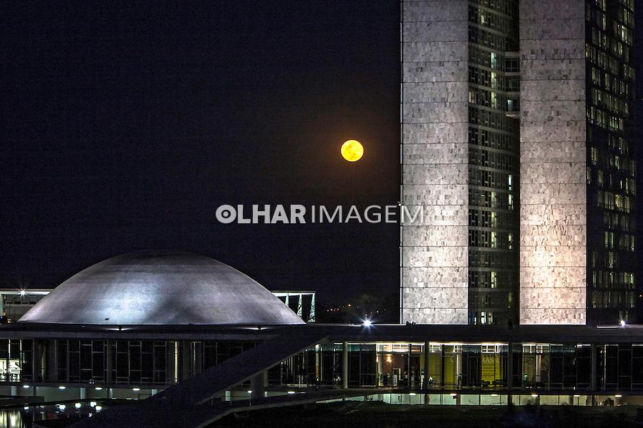 Lua cheia e edificio do Congresso Nacional. Brasilia. Distrito Federal. 2012. Foto de Ubirajara Machado.